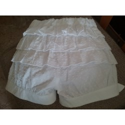 Short blanco volantes